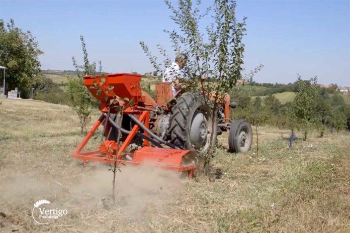 Agrosaveti---Freza-sa-ulagacem-za-djubrivo---02